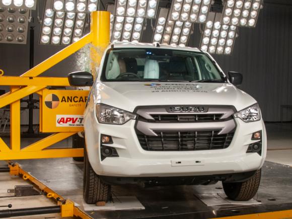 ISUZU D-MAX z 5 gwiazdkami Euro NCAP BIZNES, Motoryzacja - Tegoroczny model ISUZU D-MAX zdobył najwyższą 5-gwiazdkową ocenę w ramach najnowszych testów zderzeniowych organizacji Euro NCAP.